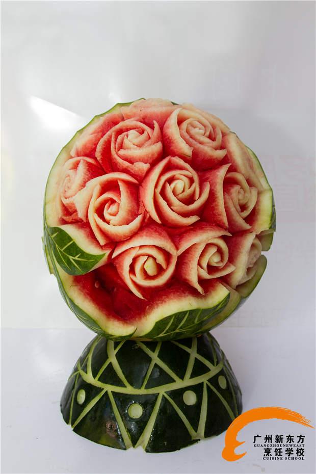 食物雕刻技术多是厨师根据自己的实践经验逐渐积累