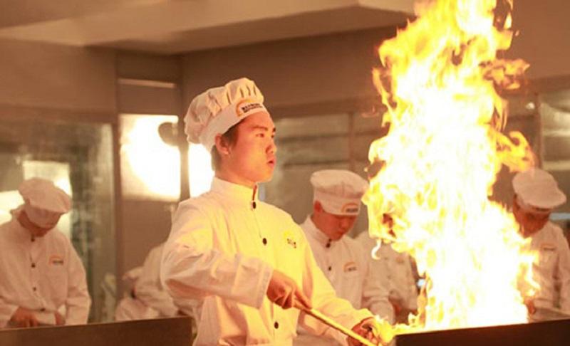 厨师雕刻孔雀迎宾