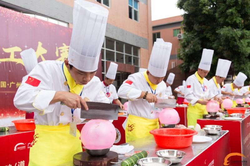 图:新东方烹饪学校表演气球上切肉丝